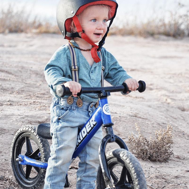 Caminar de pie en una Bicicleta de Balance Strider