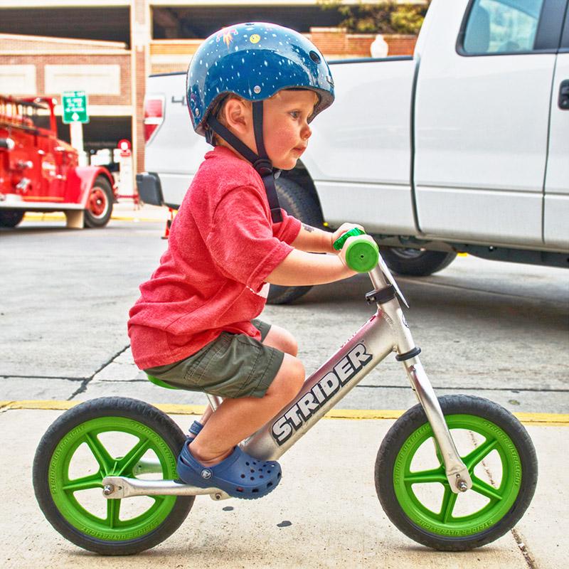 Desplazarse sentado en una Bicicleta de Balance Strider