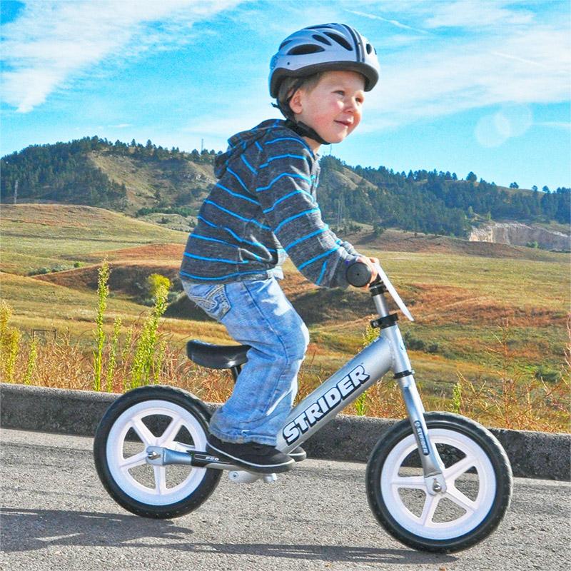 Montar sentado en una Bicicleta de Balance Strider